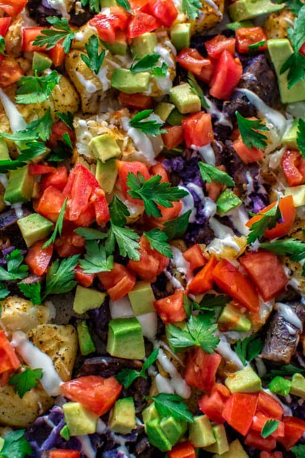 Delicious and colorful baked potatoes, topped with blue cheese dressing, juicy tomatoes, creamy avocados and fresh parsley. ❤ COOKTORIA.COM