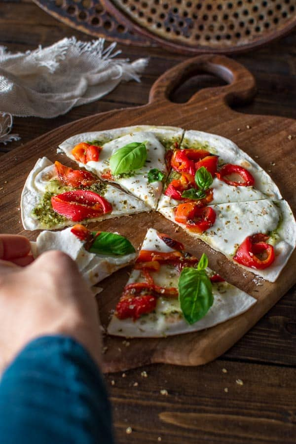 Delicious tortilla pizza 5 minutes! Made with fresh mozzarella, roasted peppers and pesto sauce. Yum! ❤ COOKTORIA.COM