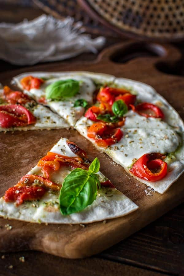 5-minute vegetarian tortilla pizza made with roasted peppers and fresh mozzarella cheese. ❤ COOKTORIA.COM