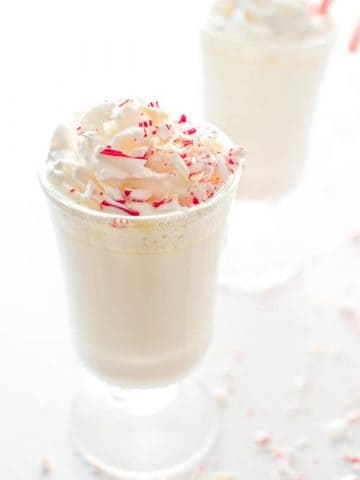 Copycat Starbucks White Peppermint Hot Chocolate. Creamy and sweet, it's just for you are craving for this season! ❤ COOKTORIA.COM