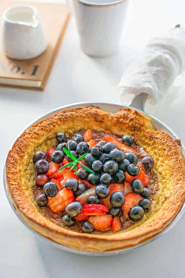 Fluffy and moist oven baked pancake topped with a spoonful of Nutella and fresh berries. ❤ COOKTORIA.COM