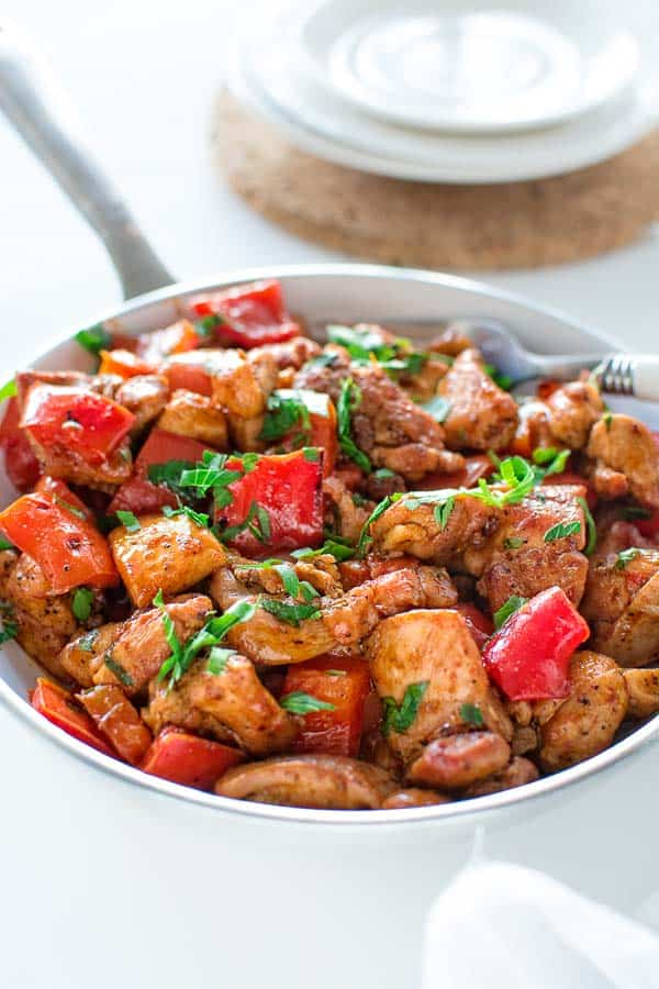 This quick and flavor-filled smoky paprika chicken seared with bell peppers makes a perfect 30-minute dinner! ❤ COOKTORIA.COM