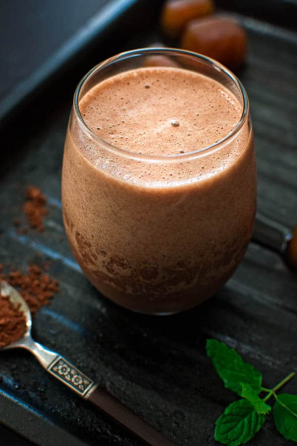 Rich, chocolaty and frothy, this Coffee Banana Smoothie makes a perfect breakfast or afternoon treat. ❤ COOKTORIA.COM