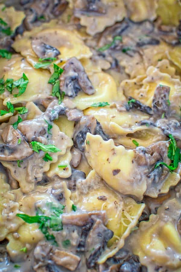 This Creamy Mushroom Ravioli makes a quick and hearty vegetarian dinner. Ready in less than 30 minutes! ❤ COOKTORIA.COM