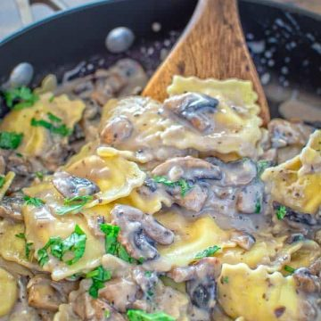 This Creamy Mushroom Ravioli make a quick and hearty vegetarian dinner. Ready in less then 30 minutes! ❤ COOKTORIA.COM
