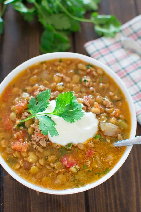 Tasty and so easy to make, this hearty Easy Lentil Chili is all you will be craving this autumn. ❤ COOKTORIA.COM