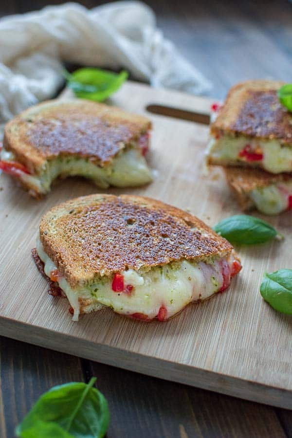 Layered with flavorful pesto, gooey cheese and roasted peppers, this Roasted Pepper Grilled Cheese Sandwich makes a perfect lunch that everyone will love. ❤ COOKTORIA.COM