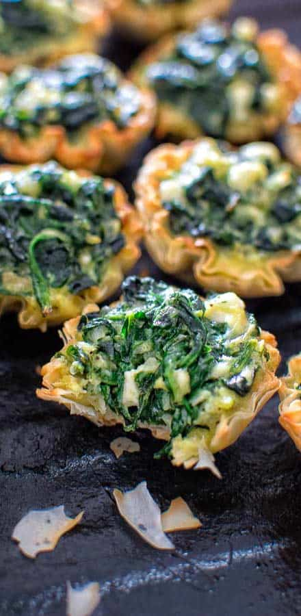 Make these adorable and delicious Easy Spanakopita Bites and surprise your guests and family with a new twist on a traditional Greek dish. ❤ COOKTORIA.COM