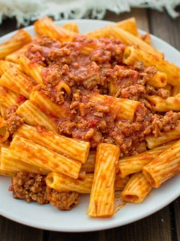 This Easy Rigatoni Bolognese, made with only 4 ingredients and in less than 30 minutes, is going to become your family's favorite in no time! ❤ COOKTORIA.COM