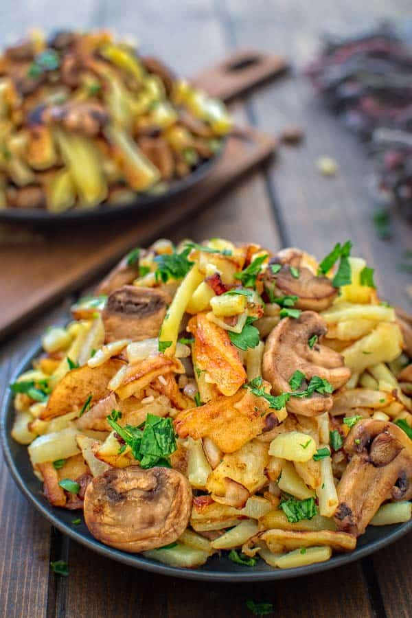Incredibly tasty and so easy to make, these Fried Potatoes with Mushrooms will impress even the pickiest eater! ❤ COOKTORIA.COM