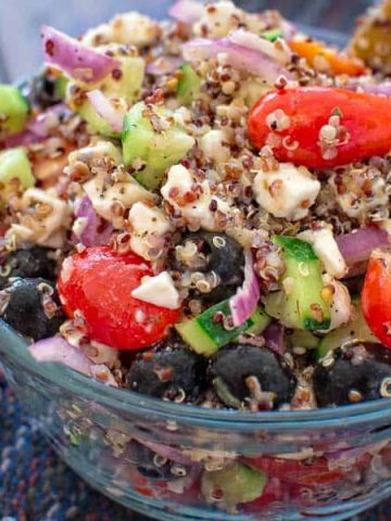 This Greek Salad with Quinoa is filled with fresh veggies, crunchy quinoa and drizzled with delicious lemon vinaigrette. ❤ COOKTORIA.COM