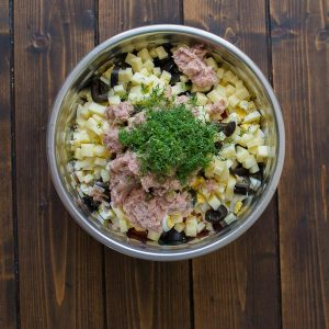White rice mixed with tuna, fresh tomatoes, Swiss cheese, olives, and eggs make this Italian Rice Salad a great lunch or a light dinner! ❤ COOKTORIA.COM