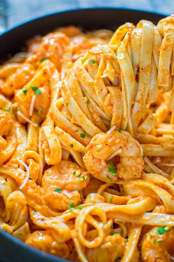 Rich and creamy, hearty and so flavorful, this Shrimp Fettuccine with Roasted Pepper Sauce tastes better than a restaurant-cooked meal. Made in under 30 minutes! ❤ COOKTORIA.COM #shrimp #shrimprecipe #pasta #fettuccine
