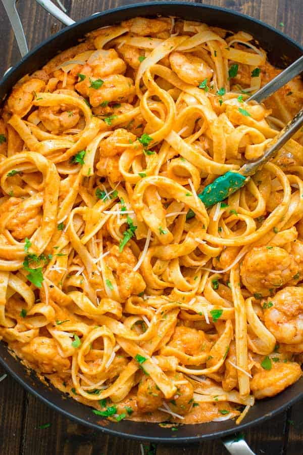 Rich and creamy, hearty and so flavorful, this Shrimp Fettuccine with Roasted Pepper Sauce tastes better than a restaurant-cooked meal. Made in under 30 minutes! ❤ COOKTORIA.COM