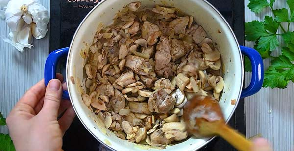 cooking mushrooms with chicken and onions