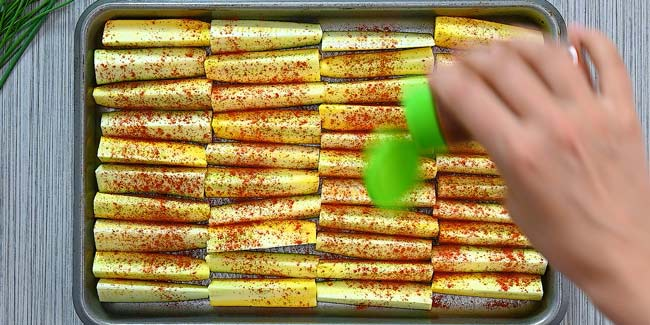 seasoning zucchini with salt and paprika